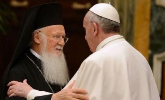 0 Papa Francesco - Abbraccio di Francesco e Bartolomeo al Santo Sepolcro1